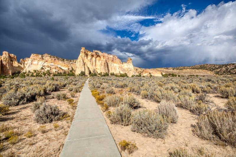 Konkret bana in i den Utah ökenGrosvenor bågen royaltyfria bilder