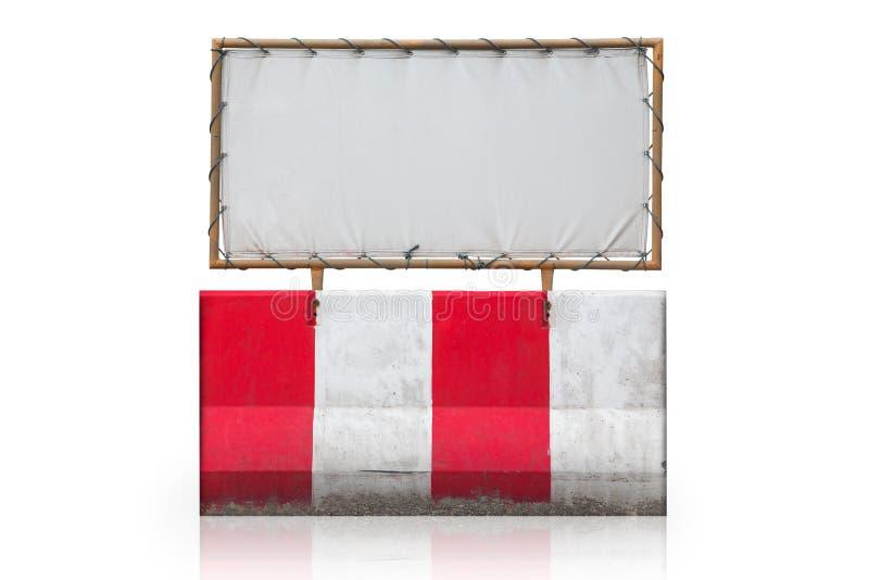 Konkret barriär med den konkreta barriären med stålramen med kanfas för affischtavlaisolat på vit bakgrund med den snabba banan arkivfoto