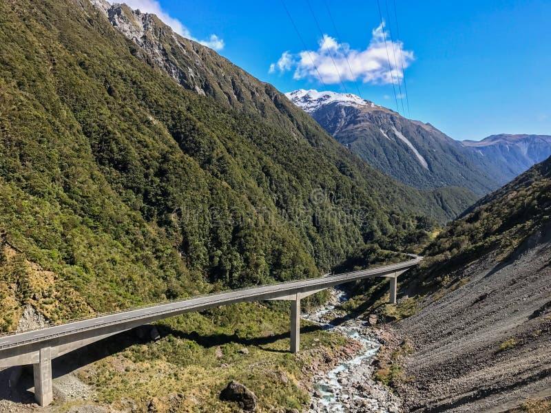 Konkret bro för vägtrans. i bergskedja arkivbild