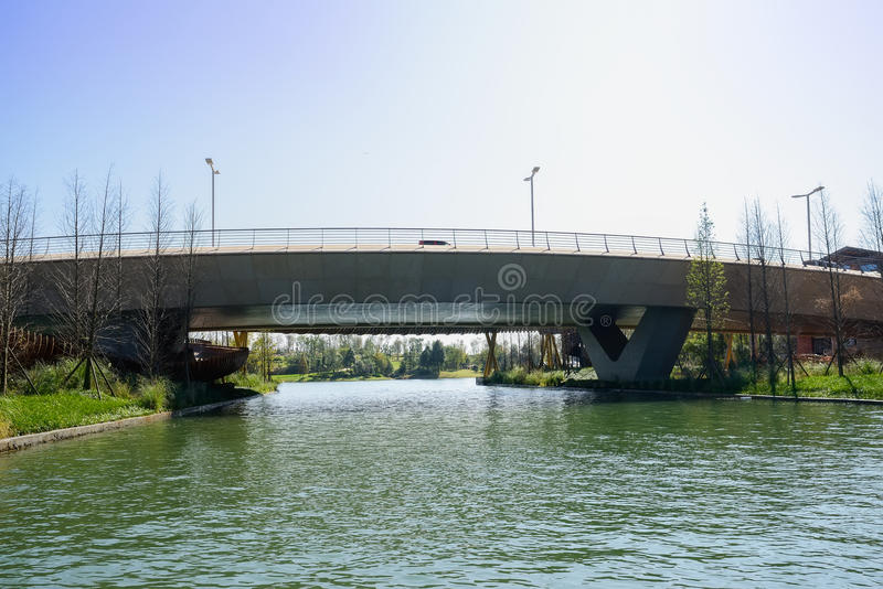 Konkret huvudvägbro över vatten på den soliga vintermiddagen arkivfoto
