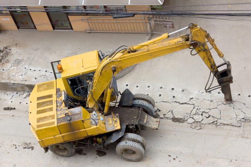 Konkret kross och hydraulisk krossande hammare som demolerar reinf fotografering för bildbyråer