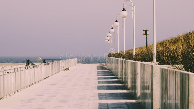 Konkret promenad bredvid havet arkivbilder