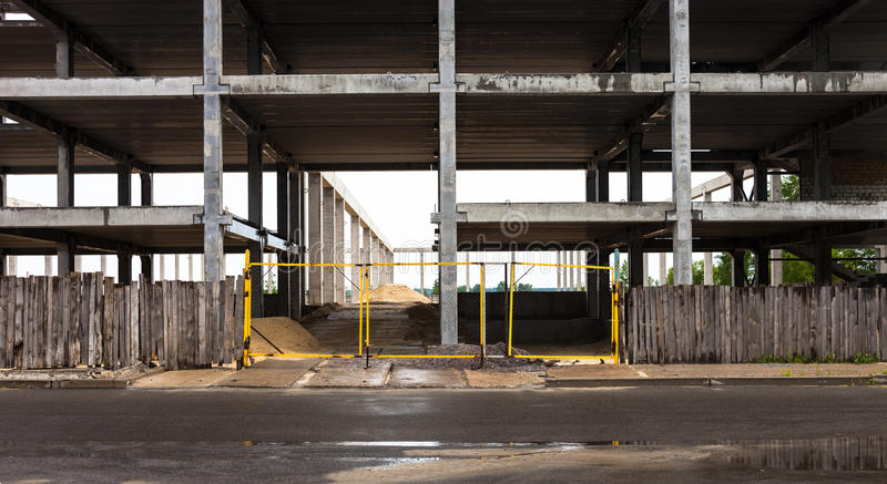 Konkret ram av den framtida byggnaden i konstruktionssi fotografering för bildbyråer