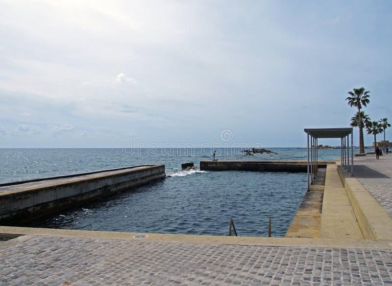 Konkret simbassäng för havsvatten på promenaden i paphos Cypern fotografering för bildbyråer