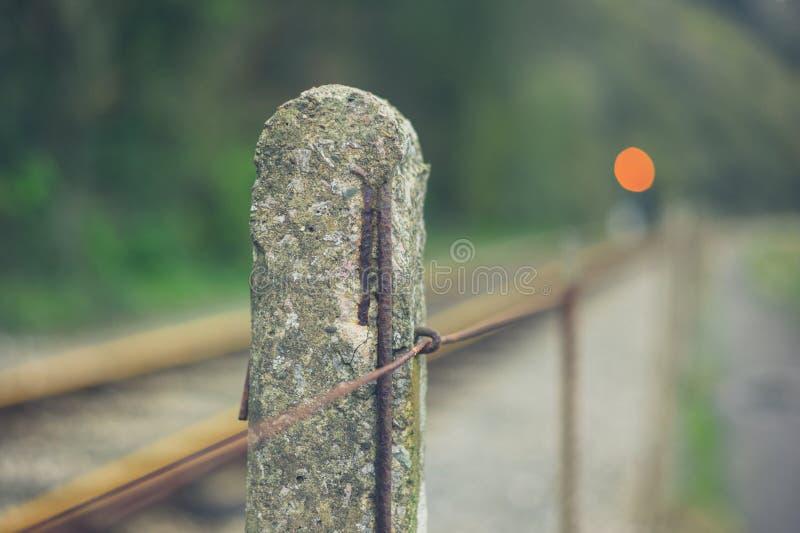 Konkret stolpe vid järnvägsspår royaltyfria bilder