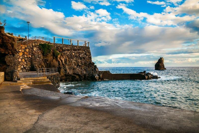 Konkret strand nära komplexa Lido i Funchal arkivbilder