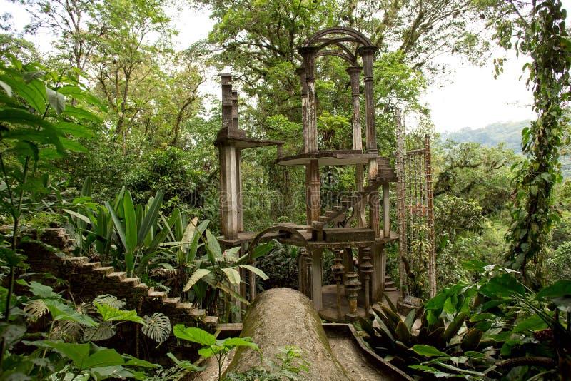 Konkret struktur med trappa som omges av djungeln arkivfoton