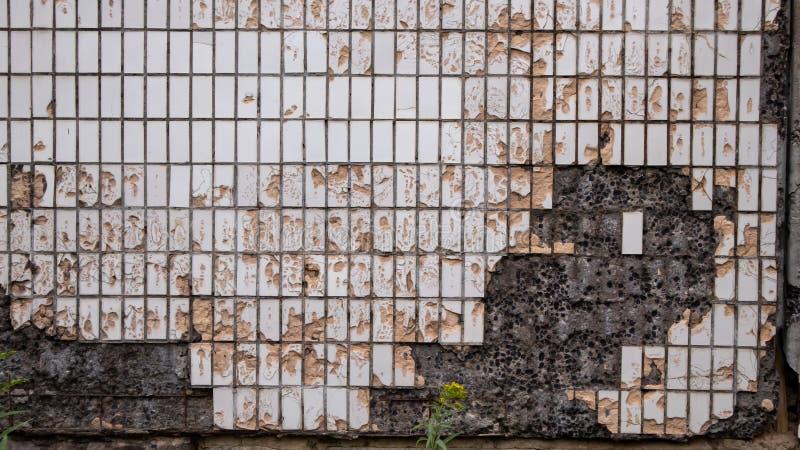 Konkret tjock skiva för gammal tegelplatta som ridas ut och skadas royaltyfri fotografi
