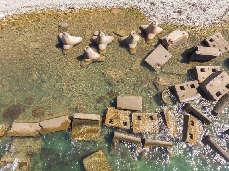 Konkreta kvarter och tetrapods på stranden Bästa flyg- sikt som göras av surret royaltyfria foton