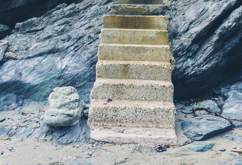 Konkreta moment som leder upp klippan på kust arkivfoto
