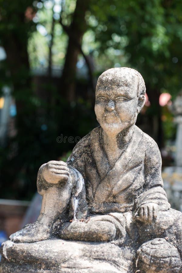 Konkreta statyer för tappning i Wat Chai Mongkon - buddistisk tempel, royaltyfri fotografi