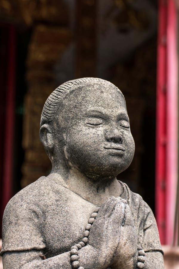 Konkreta statyer för tappning i Wat Chai Mongkon - buddistisk tempel, royaltyfri bild