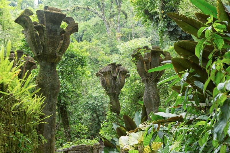 Konkrete Blumen im Dschungel bei Edward James arbeitet in Xilitla Mexiko im Garten lizenzfreies stockbild