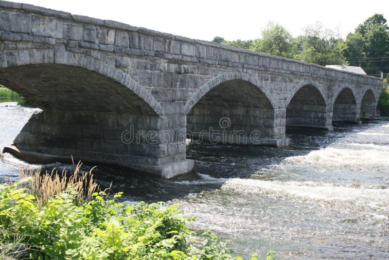 Konkrete Brücke mit fünf Bögen stockfotos