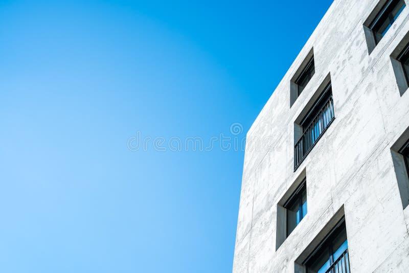 Konkrete Fassade eines Gebäudes mit Fenstern lizenzfreie stockbilder
