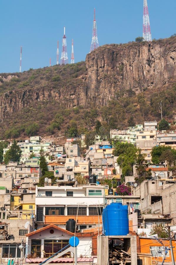 Konkrete Häuser in Tlalnepantla de Baz, Mexiko City lizenzfreie stockfotografie