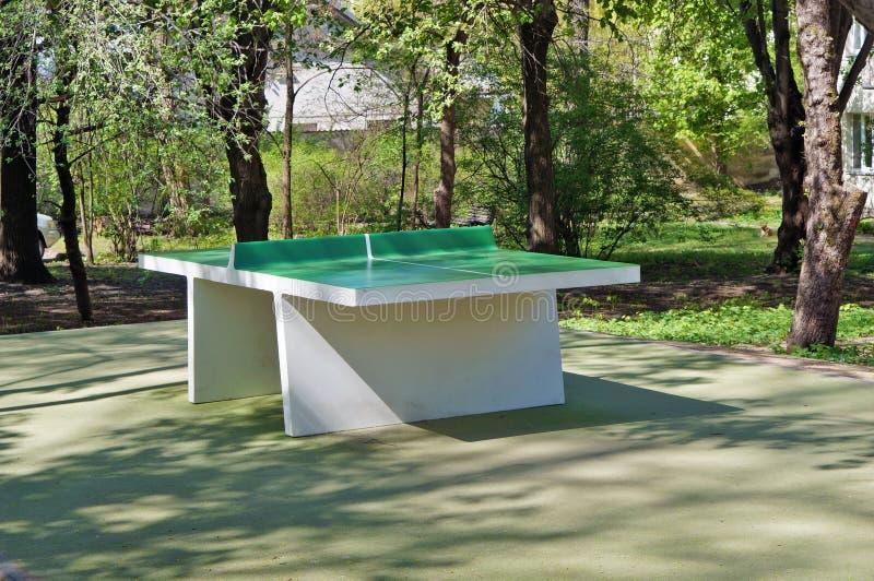 Konkrete neue grüne Klingeln pong Tabelle eingestellt in allgemeinen Park der Stadt stockbilder