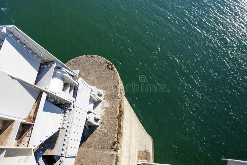 Konkrete Säule der Metallfachwerkbrücke über dem Columbia River lizenzfreies stockbild