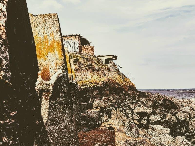Konkrete Säulen und ein verlassener Bunker - Cramond-Insel, Edinburgh, Schottland lizenzfreies stockbild