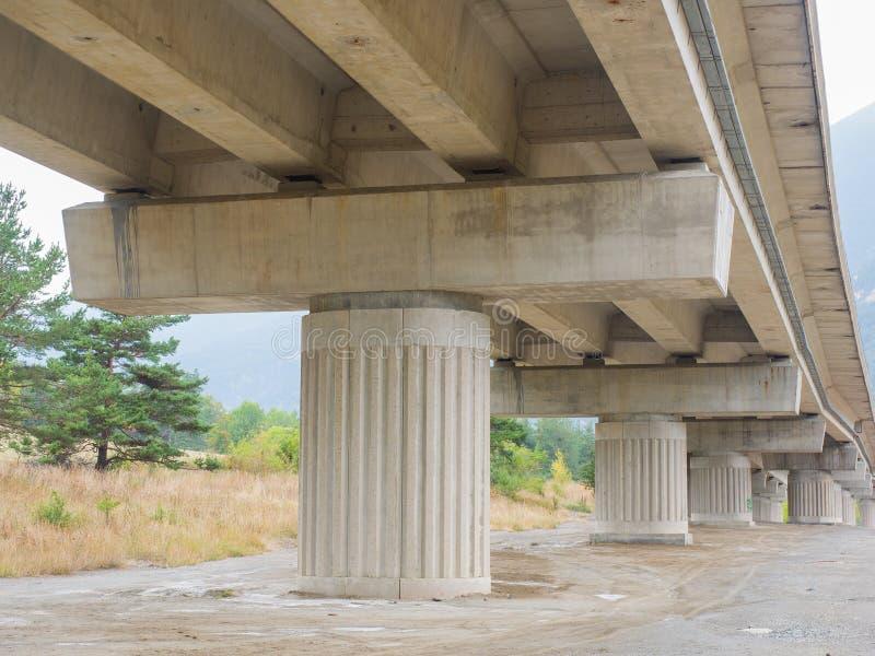 Konkrete Säulen und Strahlen einer Autobahnbrücke u. des x28; viaduct& x29; stockfoto