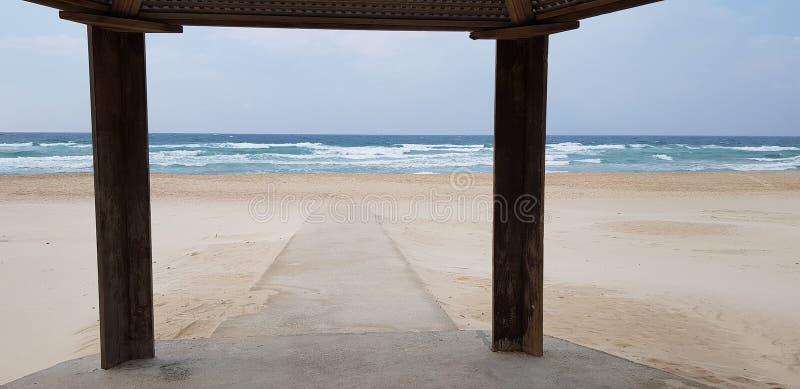 Konkrete Spur im Sand, der für Behinderter bestimmt ist, geht zum Meer stockbild