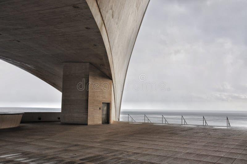 Konkrete Terrasse mit mysteriöser industrieller Atlantik-Ansicht stockbilder