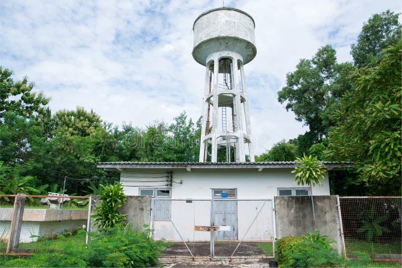 Konkrete Wasserbehälter-Turmfabrik im Garten stockbilder