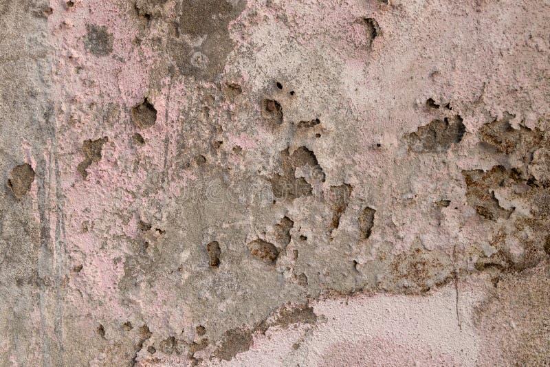 Konkreter alter Wandputz und Farbe zogen weg wegen des mosture und gealtert, Beschaffenheit oder Hintergrund ab stockfotos