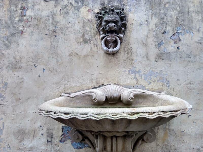 Konkreter Brunnen Klassische Art stockfoto