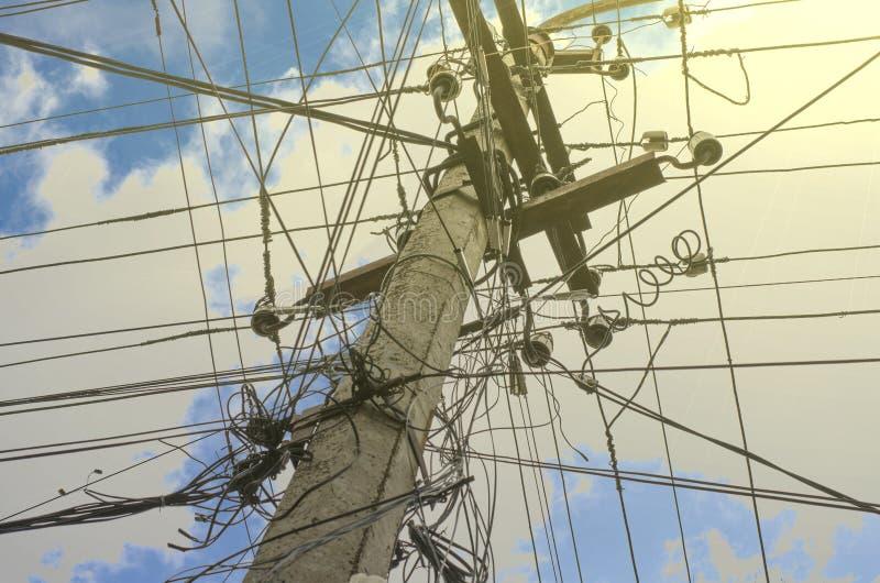 Konkreter elektrischer Pfosten gegen den blauen Himmel mit Wolkennahaufnahme lizenzfreie stockfotografie