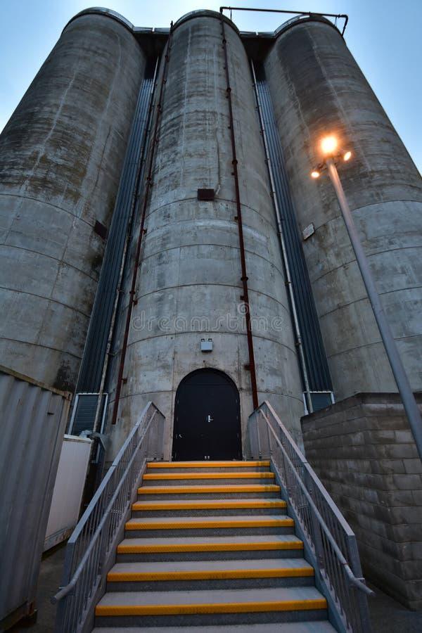 Konkreter industrieller Silo nachts stockfotos