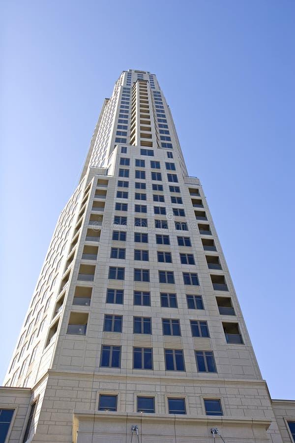 Konkreter Kontrollturm vom Boden stockfoto