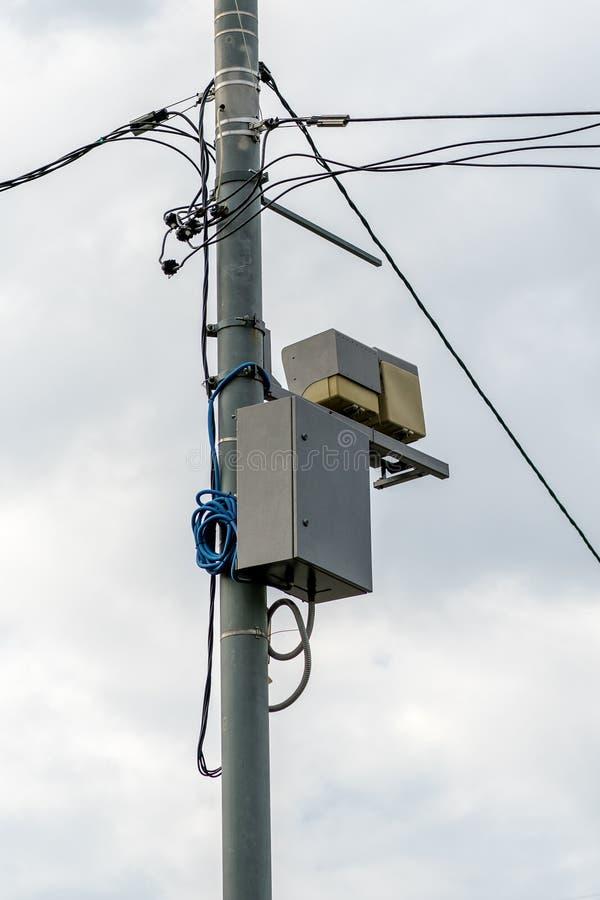 Konkreter Pfosten mit elektrischen Drähten und Telekommunikationsgeräten stockfotos