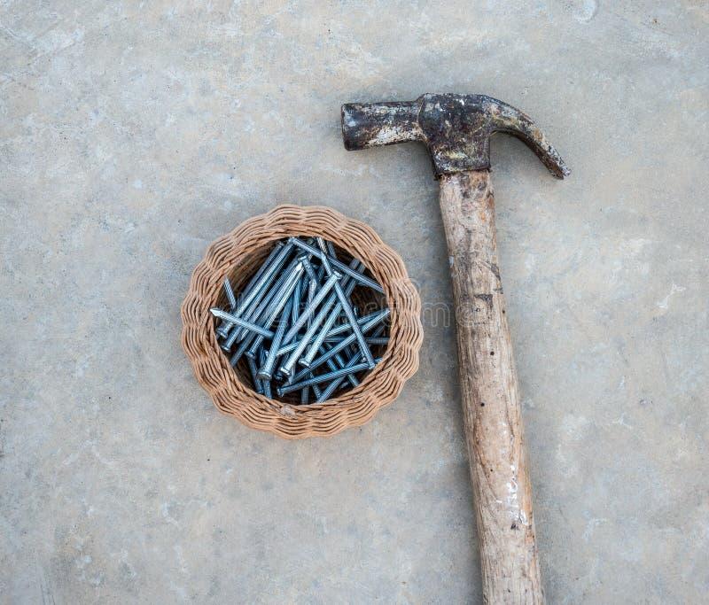 Konkreter Reißnagel mit Hammer stockfotos