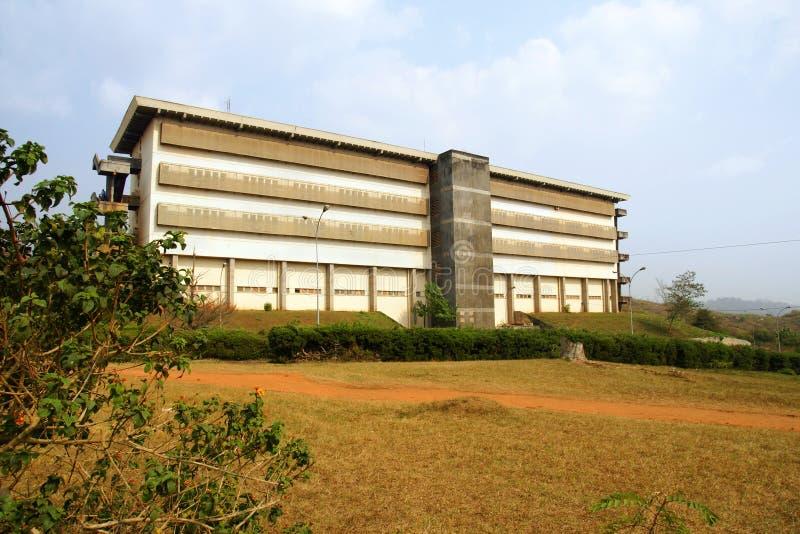 Konkretes Gebäude Und Roter Pfad Stockbild