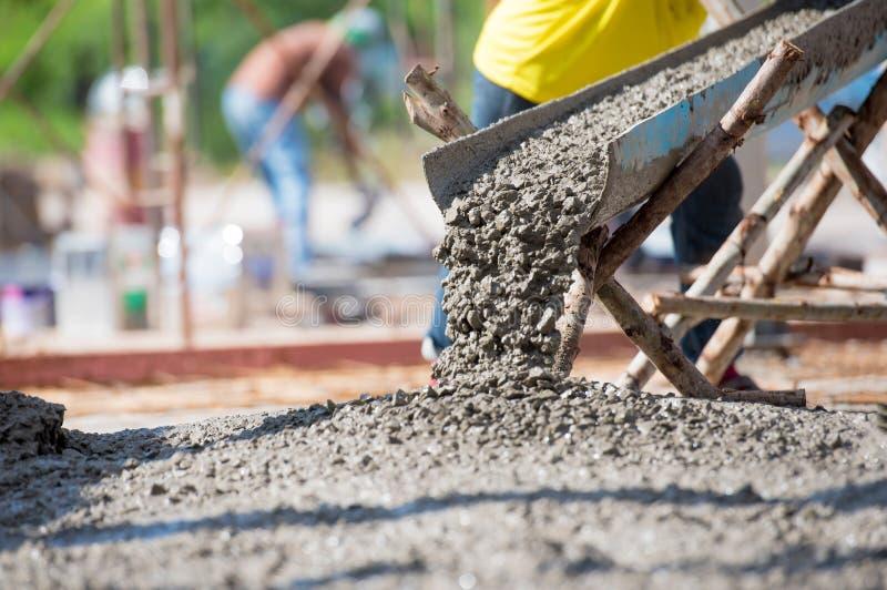 Konkretes Gießen während der concreting Handelsböden des Gebäudes stockbild