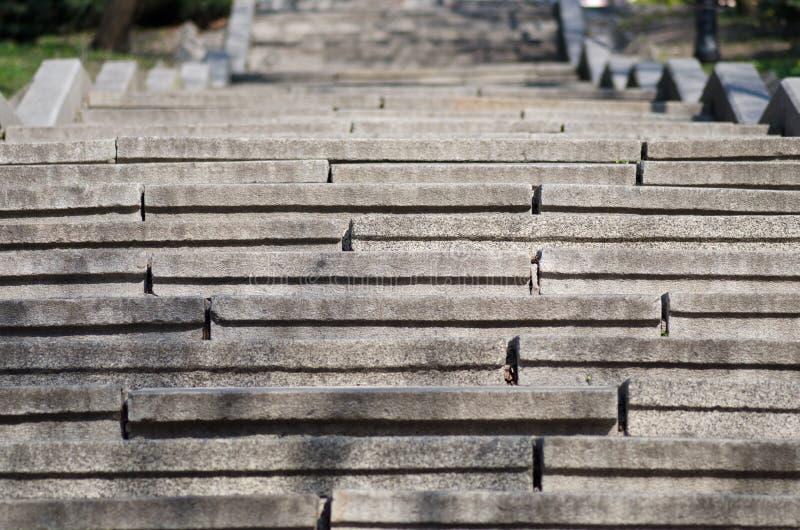 Konkretes Grau des Treppenhauses lizenzfreie stockbilder