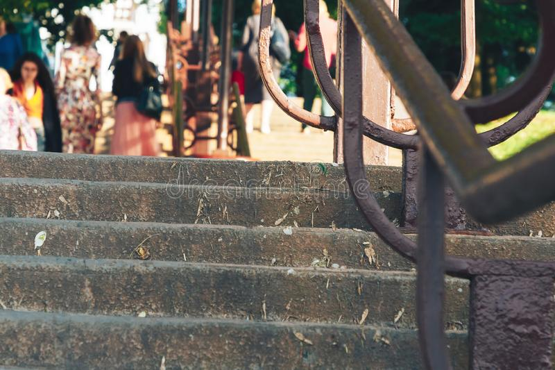 Konkretes Treppenhaus in einem Park mit Leuten stockbild