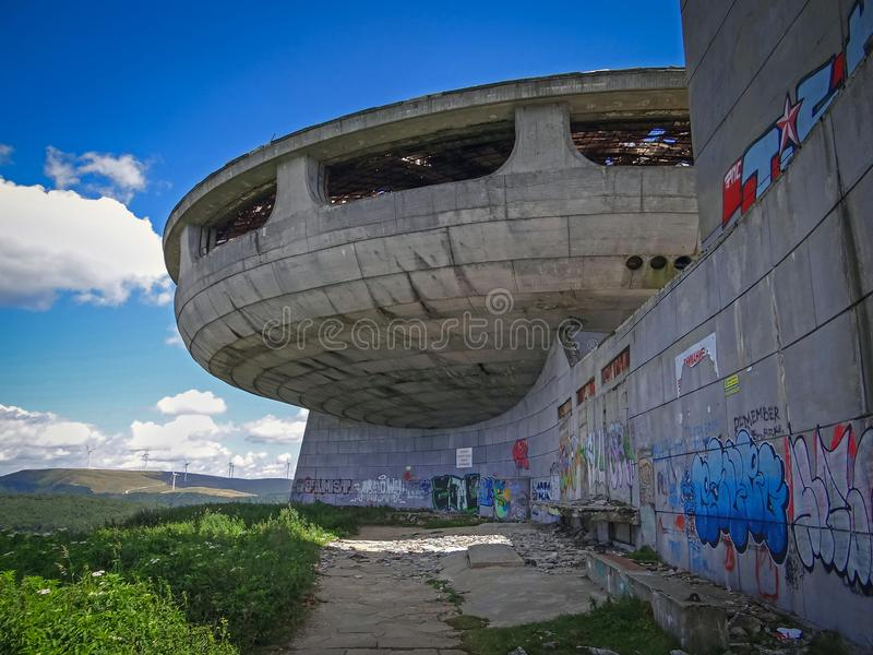 Konkretes UFO-Gebäude lizenzfreies stockbild
