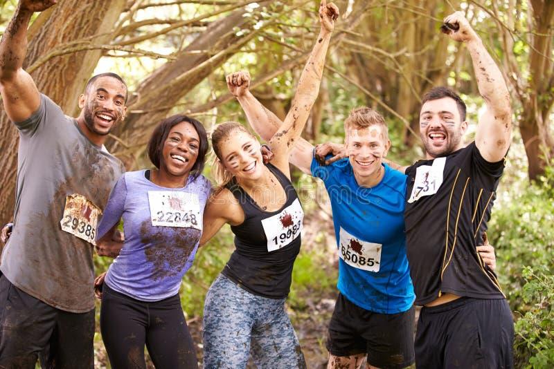 Konkurenci świętują uzupełniający wytrzymałość sportów wydarzenie zdjęcia stock
