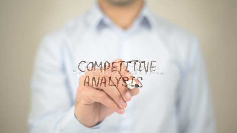 Konkurencyjna analiza, mężczyzna writing na przejrzystym ekranie zdjęcie royalty free