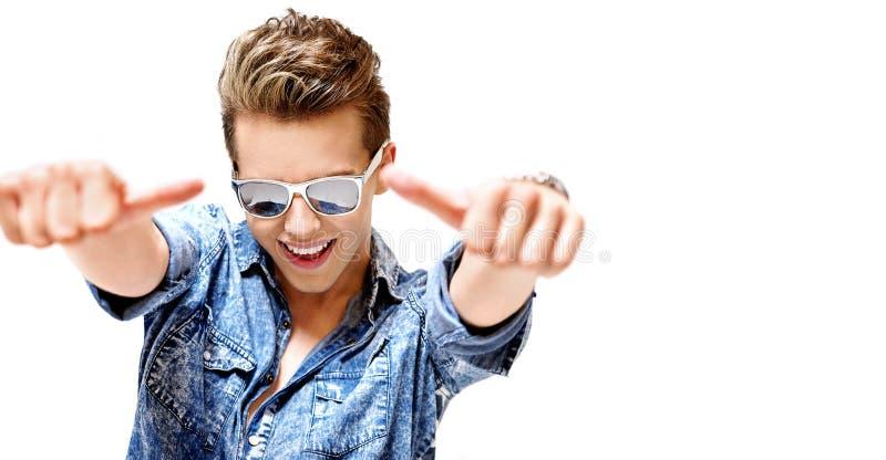 Konkurencyjny młody facet jest ubranym modnego eyeglass zdjęcia royalty free