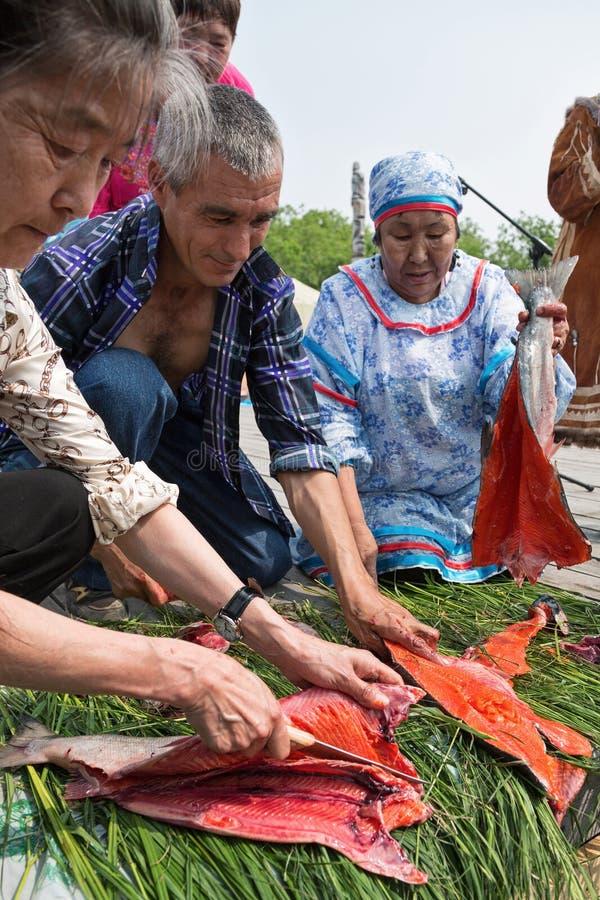 Konkurrens för den gutting laxen (röd fisk) på hastigheten Kamchatka Ryssland royaltyfri fotografi