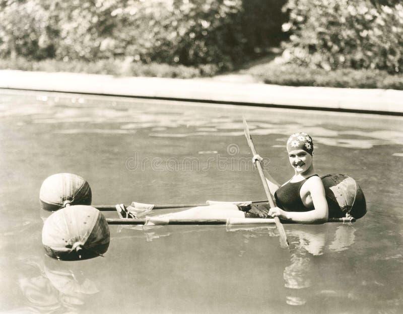 konkurrensar som dyker pölsportar som simmar vatten arkivbilder