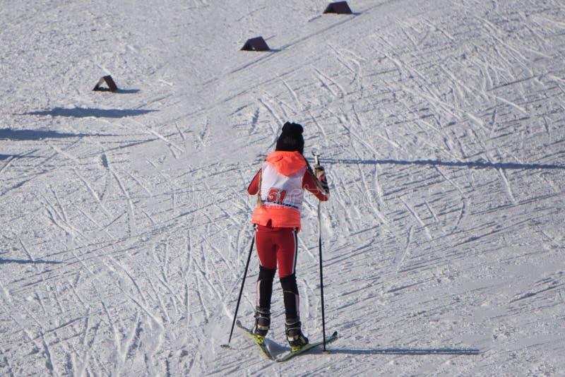 Konkurrenser i utförsåkning bland junior rymms årligen på snö-täckte lutningar av skidasemesterorten Gorki Gorod Barn sk royaltyfri bild