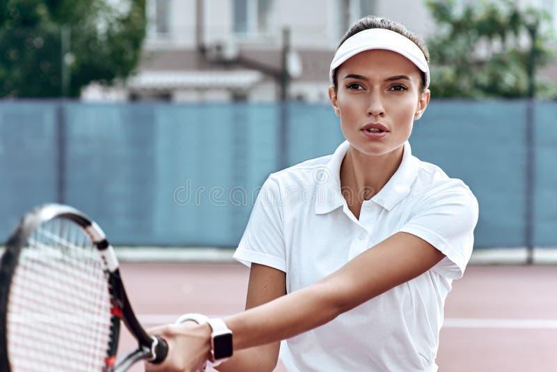 konkurrensförmåga Härlig kvinnalektennis arkivfoton