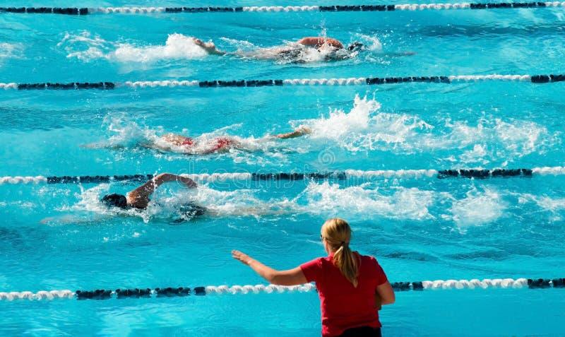 konkurrenskraftig simning royaltyfri foto