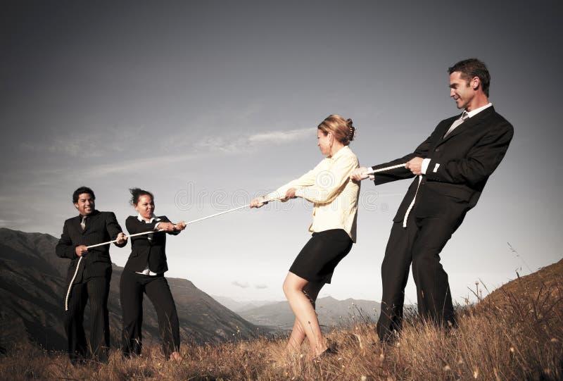Konkurrenskraftigt affärsfolk som kämpar för att segra dragkamper royaltyfria foton