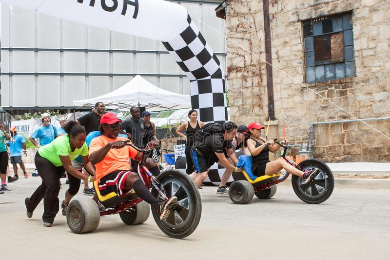 Konkurrenten laufen erwachsenes großes Wheelsl im Atlanta-Klassenausflug-Ereignis stockbilder