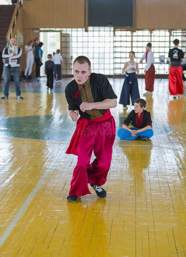 Konkurrenter i kampsporterna som ska utföras i idrottshallen arkivbild